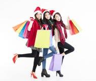 De gelukkige jonge vrouwengroep geniet Kerstmis van het winkelen Stock Afbeeldingen