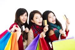 De gelukkige jonge vrouwengroep geniet van winkelend Stock Foto