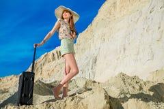 De gelukkige jonge vrouwenreiziger bereikt de bovenkant van zandduinen Royalty-vrije Stock Fotografie