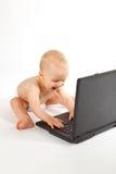 De gelukkige Jongen die van de Baby een Spel van de Computer speelt Stock Foto