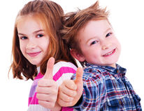 De gelukkige jongen en het meisje beduimelen omhoog Royalty-vrije Stock Foto
