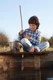 De gelukkige jongen gaat vissend op de rivier met huisdier, kinderen één en uitrusting Royalty-vrije Stock Foto