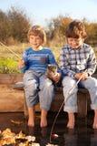 De gelukkige jongen gaat vissend op de rivier met huisdier, kinderen één en uitrusting Royalty-vrije Stock Fotografie