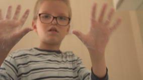 De gelukkige jongen wast zijn handen met zeep en borstelt zijn tanden in badkamers Het kind houdt water en hygiëne van procedures stock video