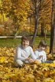 De gelukkige jongens in de herfst parkeren royalty-vrije stock foto's