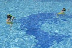 De gelukkige Jongens snorkelen Stock Foto's