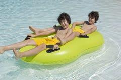 De gelukkige Jongens zijn in het Zwembad Royalty-vrije Stock Afbeelding