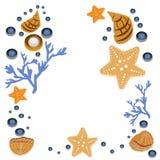 De gelukkige kaart van de de zomergroet met zeeschelpen op witte achtergrond Vierkant kader van hand getrokken overzeese shells e Royalty-vrije Stock Afbeeldingen