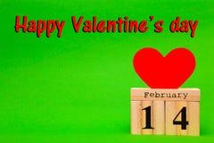 De gelukkige kaart van de Valentijnskaartendag met rood document hart en houten kalender Stock Afbeelding