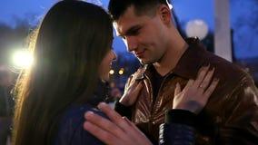 De gelukkige kerel en een meisje dansen in het park in een verfraaide gazebo overeenkomst stock videobeelden