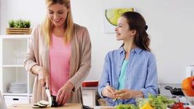 De gelukkige keuken van het familie kokende diner thuis stock video