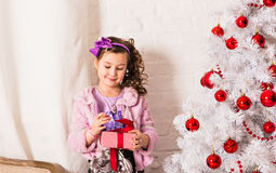 De gelukkige kind het openen doos van de Kerstmisgift Stock Fotografie
