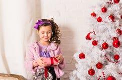 De gelukkige kind het openen doos van de Kerstmisgift Stock Afbeeldingen