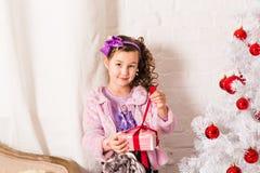 De gelukkige kind het openen doos van de Kerstmisgift Royalty-vrije Stock Foto