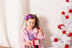 De gelukkige kind het openen doos van de Kerstmisgift Royalty-vrije Stock Afbeeldingen