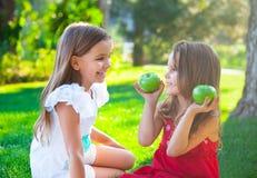 De gelukkige kinderen die in de herfst spelen parkeren op familiepicknick Royalty-vrije Stock Afbeelding