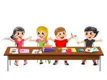 De gelukkige kinderen die van snotaapjonge geitjes geïsoleerde bureauschool zitten royalty-vrije illustratie