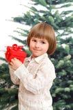 De gelukkige kinderen houdt rode doos met bowknot Stock Afbeeldingen