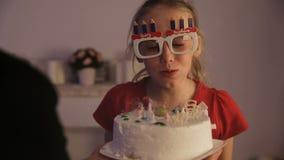De gelukkige kinderen met verjaardag koeken stock videobeelden
