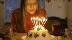 De gelukkige kinderen met verjaardag koeken stock footage
