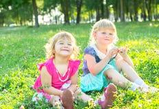 De gelukkige kinderen op de aard lopen Stock Foto