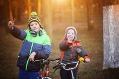 De gelukkige kinderen openlucht, twee broers in park hebben pret Jongens binnen Stock Foto's