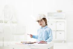 De gelukkige kinderen schilderen binnen stock foto