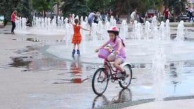 De gelukkige kinderen spelen met droge fontein, werd de Nieuwe licht en muziekfontein in Permanent geopend stock footage