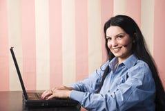 De gelukkige klantendienst die laptop met behulp van Stock Afbeeldingen