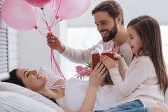De gelukkige knappe ballons van de mensenholding Stock Foto's