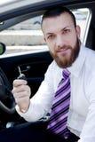 De gelukkige knappe sleutel van de bedrijfsmensenholding van nieuwe auto Stock Afbeeldingen