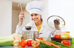 De gelukkige kokwerken met gietlepel Royalty-vrije Stock Foto