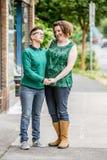 De gelukkige lesbische handen van de paarholding royalty-vrije stock foto's