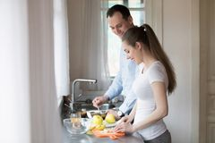 De gelukkige man en de vrouw bereiden samen gezond ontbijt voor royalty-vrije stock fotografie
