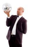 De gelukkige mannelijke bal van de holdings glanzende disco Royalty-vrije Stock Afbeeldingen