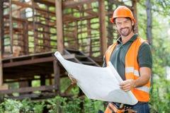 De gelukkige Mannelijke Plaats van Architectenholding blueprint at Stock Afbeelding