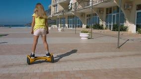 De gelukkige meisjekleuter berijdt hoverboard in het park Royalty-vrije Stock Fotografie
