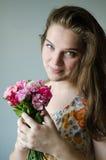 De gelukkige meisjes houdt bloem stock afbeeldingen