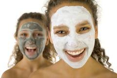 De gelukkige meisjes met kuuroord maskeren stock foto