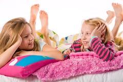 De gelukkige meisjes spreken Royalty-vrije Stock Afbeeldingen