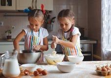 De gelukkige meisjes van zusterskinderen bakken koekjes, kneden deeg, spelen verstand Royalty-vrije Stock Fotografie