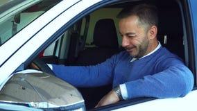 De gelukkige mens geniet van kopend een nieuwe auto stock fotografie