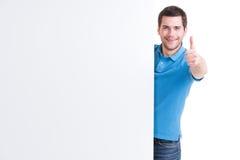 De gelukkige mens kijkt uit van lege banner stock foto's
