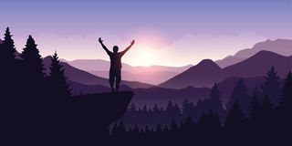 De gelukkige mens met wapens hief tribunes bovenop een klip in berglandschap bij zonsopgang op royalty-vrije illustratie