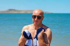De gelukkige mens op het strand geniet van de vrijheid van het concept rust en vakantie royalty-vrije stock foto