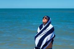 De gelukkige mens op het strand geniet van de vrijheid van het concept rust en vakantie royalty-vrije stock foto's