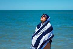 De gelukkige mens op het strand geniet van de vrijheid van het concept rust en vakantie stock foto's