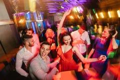 De gelukkige mensen dansen in club Nachtleven en discoconcept royalty-vrije stock foto's