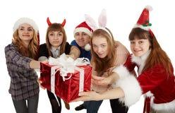De gelukkige mensen geven één grote algemene gift Stock Afbeeldingen