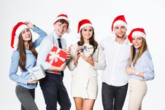 De gelukkige mensen groeperen zich in santahoed die met giften op witte achtergrond worden geïsoleerd royalty-vrije stock afbeeldingen